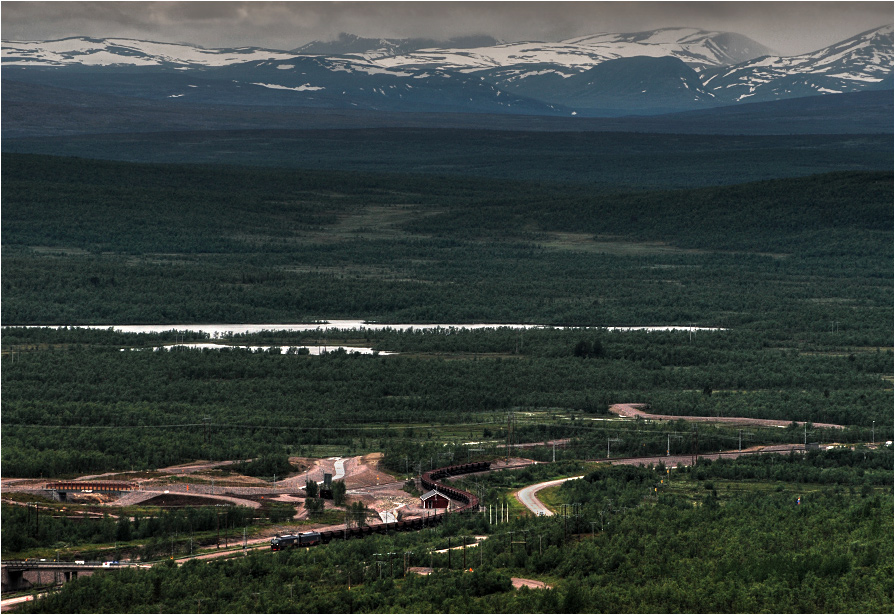 21.07.2012, Kiruna, Szwecja. Należąca do konsorcjum LKAB wielka lokomotywa IORE zbliża się do końca podróży z siedemdziesięciowagonowym składem.