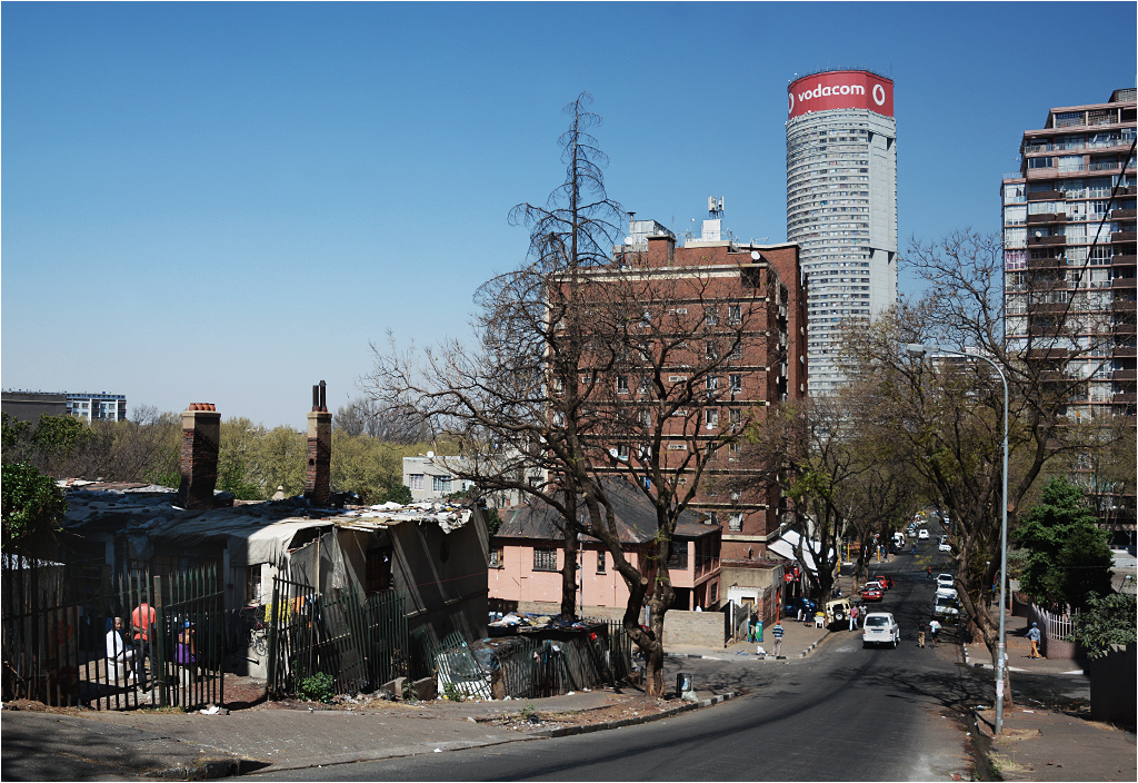 Widok na Lily Avenue. Po lewej stronie jeden z przejętych przez biedotę budynków. W tle wznosi się wieżowiec Ponte City