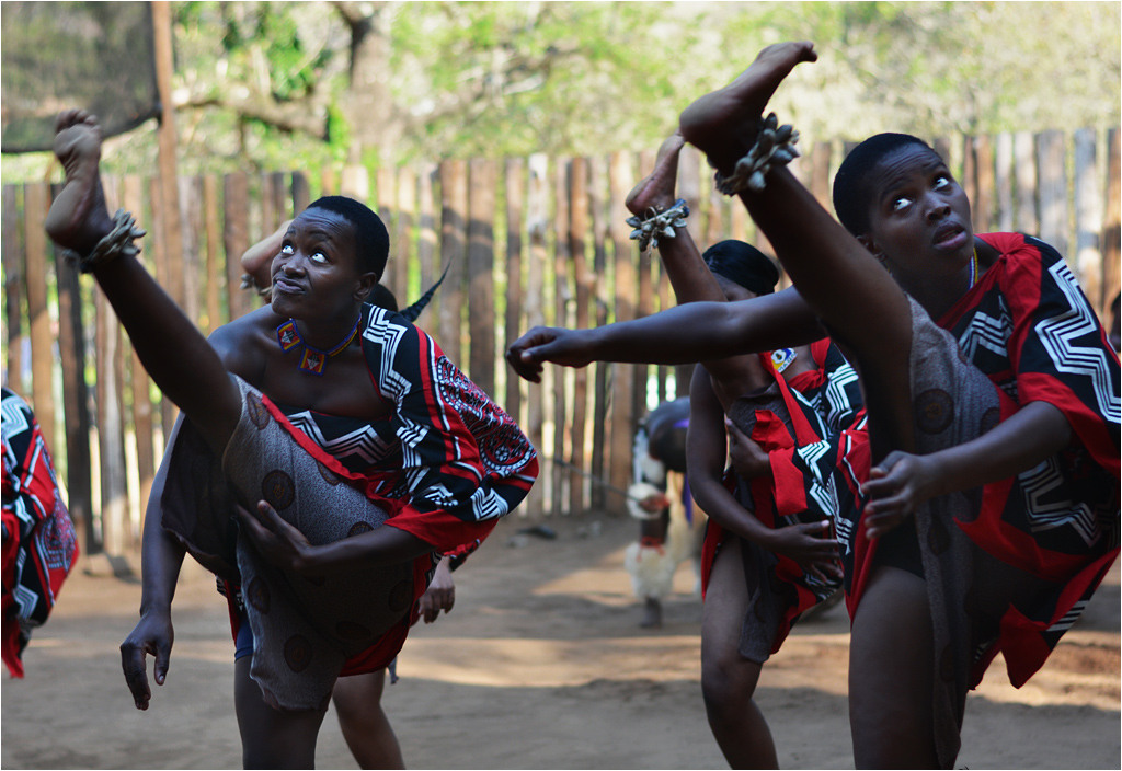 Przedstawicielki ludu Suazi podczas szalonego tradycyjnego tańca. Oglądanie tańca - na własne ryzyko!