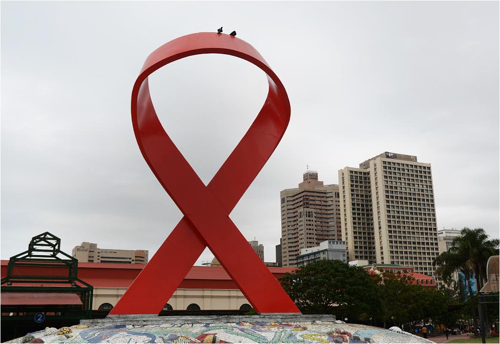 Stojąca w centrum Durbanu ogromna czerwona wstążka symbolizuje walkę kraju z epidemią wirusa HIV