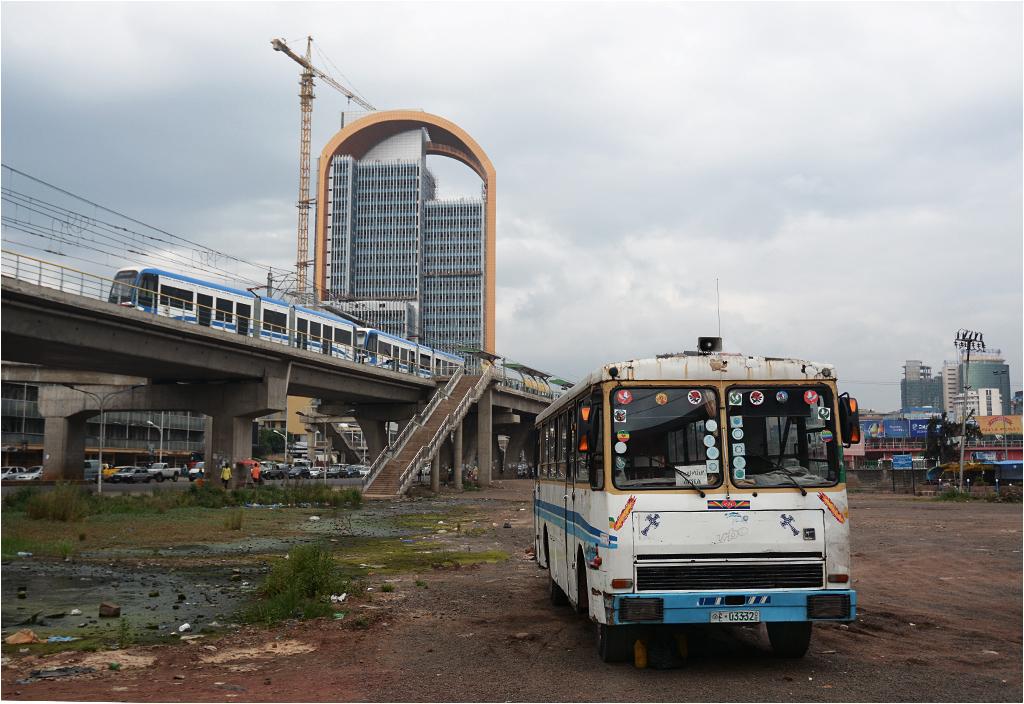 Centrum Addis Abeby - w tle stacja Stadium