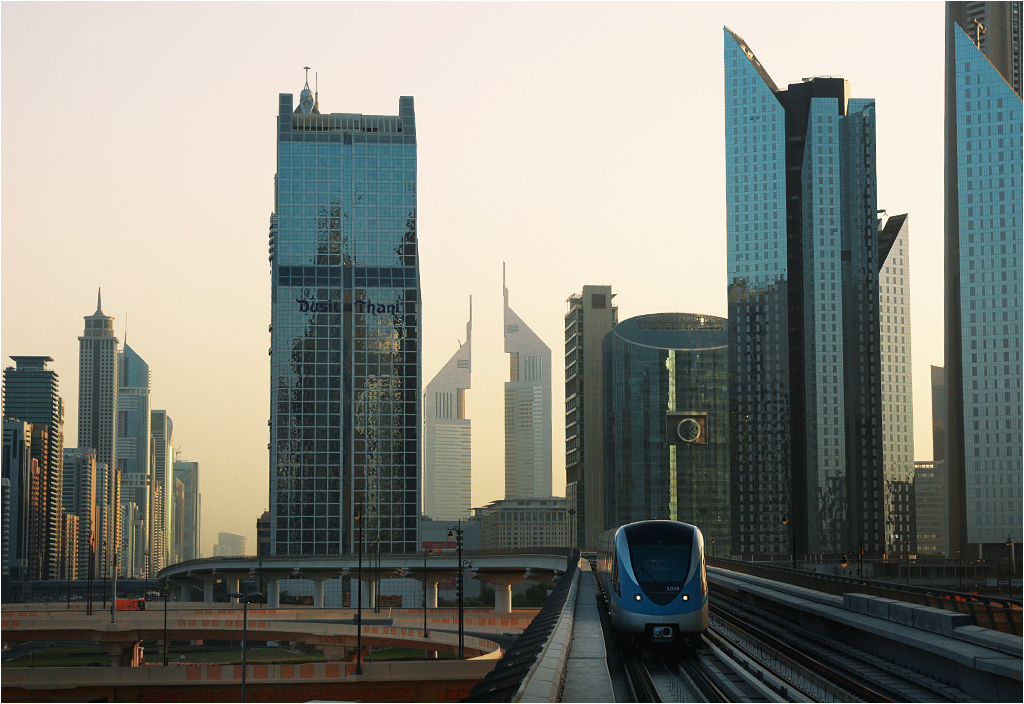 Pociąg dubajskiego metra przejeżdża o wschodzie słońca przez aleję wieżowców. To jedno z niewielu miejsc w Dubaju, które zrobiło na mnie wrażenie. Ale i tak lepiej wygląda na zdjęciu
