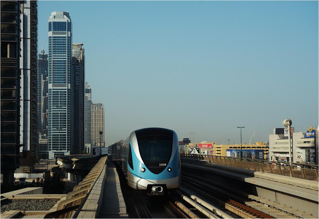 Pociąg metra wjeżdża na stację Burj Khalifa / Dubai Mall