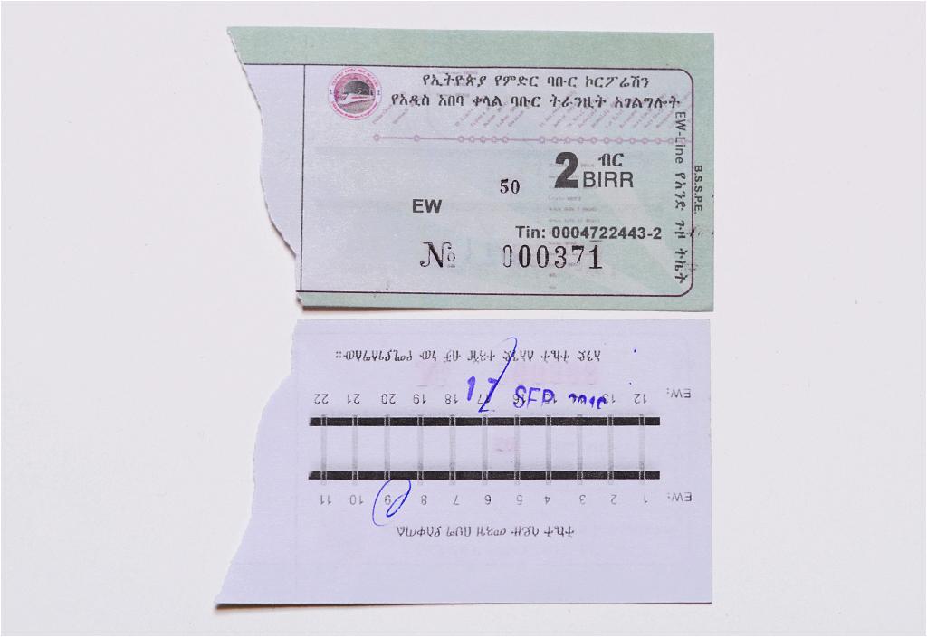 Awers i rewers biletu tramwajowego z Addis Abeby. Na odwrocie widać zaznaczoną początkową stację