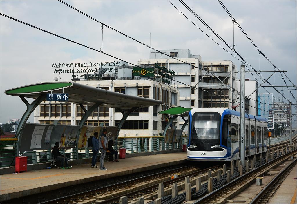 Tramwaj wjeżdża w perony stacji Leghar