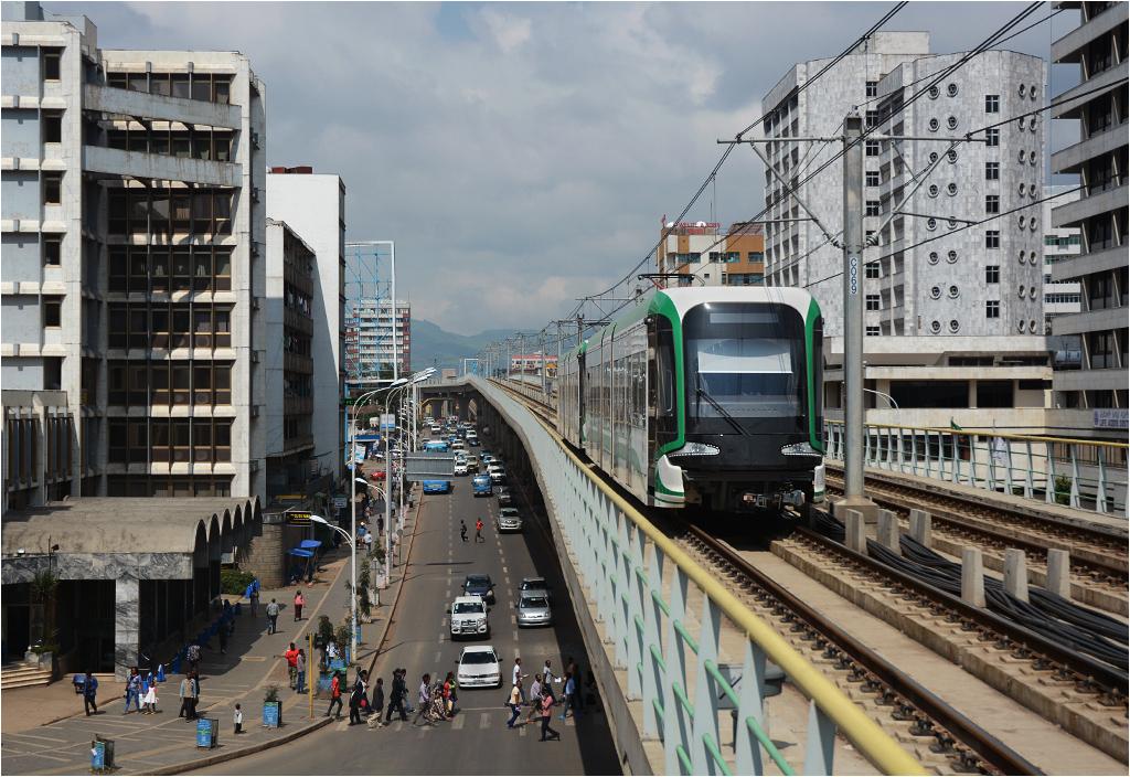 Addis Abeba, tramwaj na trasie za stacją Mexico