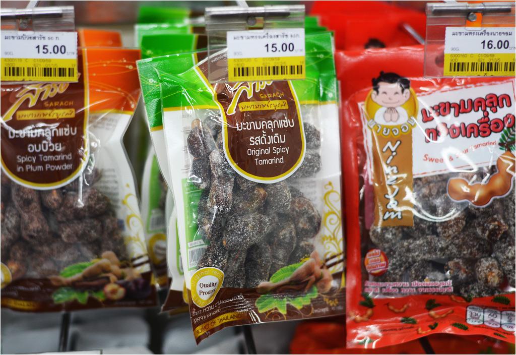 10.Owoce tamaryndowca są dość słabo znane w Polsce, ale Azja Południowo-Wschodnia wykorzystuje je nie tylko do jedzenia, leczi do użytku przemysłowego. Niezwykle twarde pestki mogą służyć jako biżuteria, a pulpa z tamaryndowca wykorzystywana jest przy barwieniu odzieży. Tutaj widać ostro-słodką przekąskę z zasuszonych owoców
