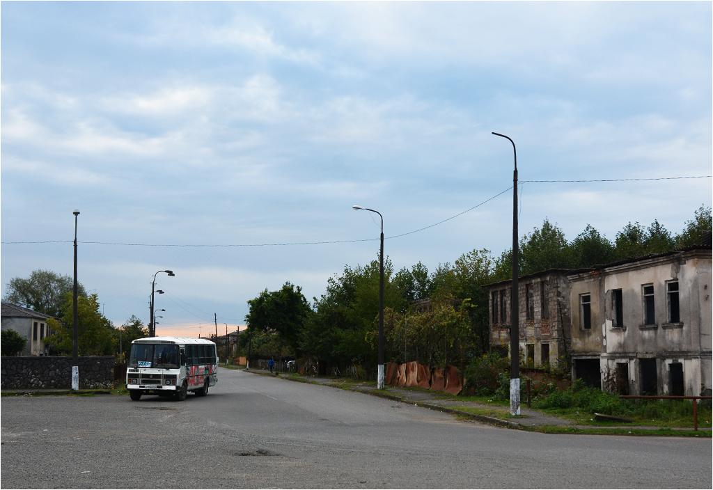 Autobus do Suchumi podjeżdża pod dworzec kolejowy w Oczamczirze