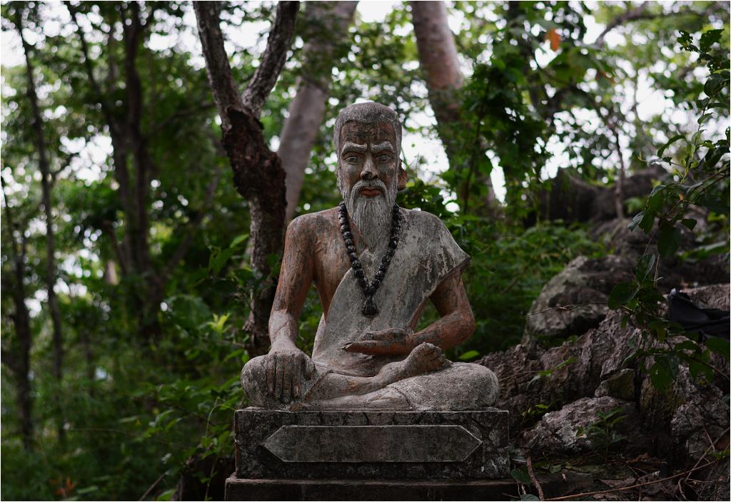 Jedna z rzeźb stojących w lesie nieopodal wejścia do jaskini nietoperzy
