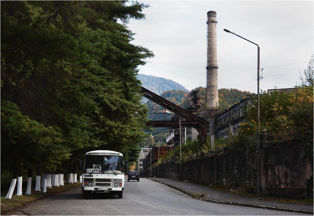Tkwarczeli - autobus do Suchumi przejeżdża obok opuszczonej elektrowni