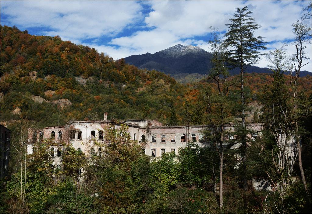 Akarmara, widok z mostu na opuszczony szpital