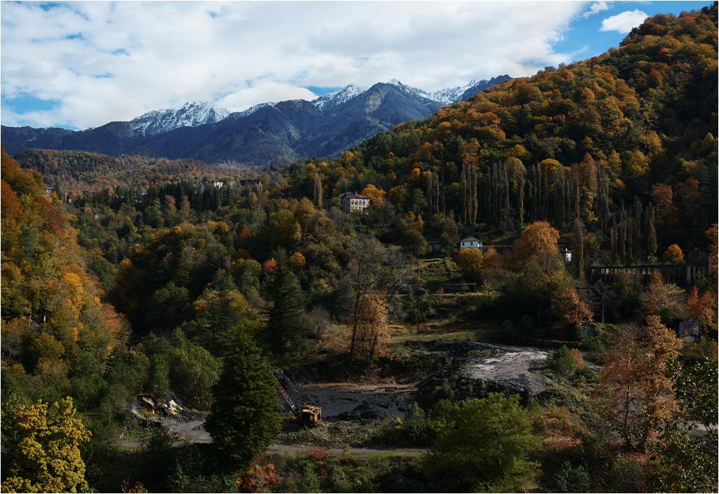Akarmara leży u podnóża potężnego Kaukazu