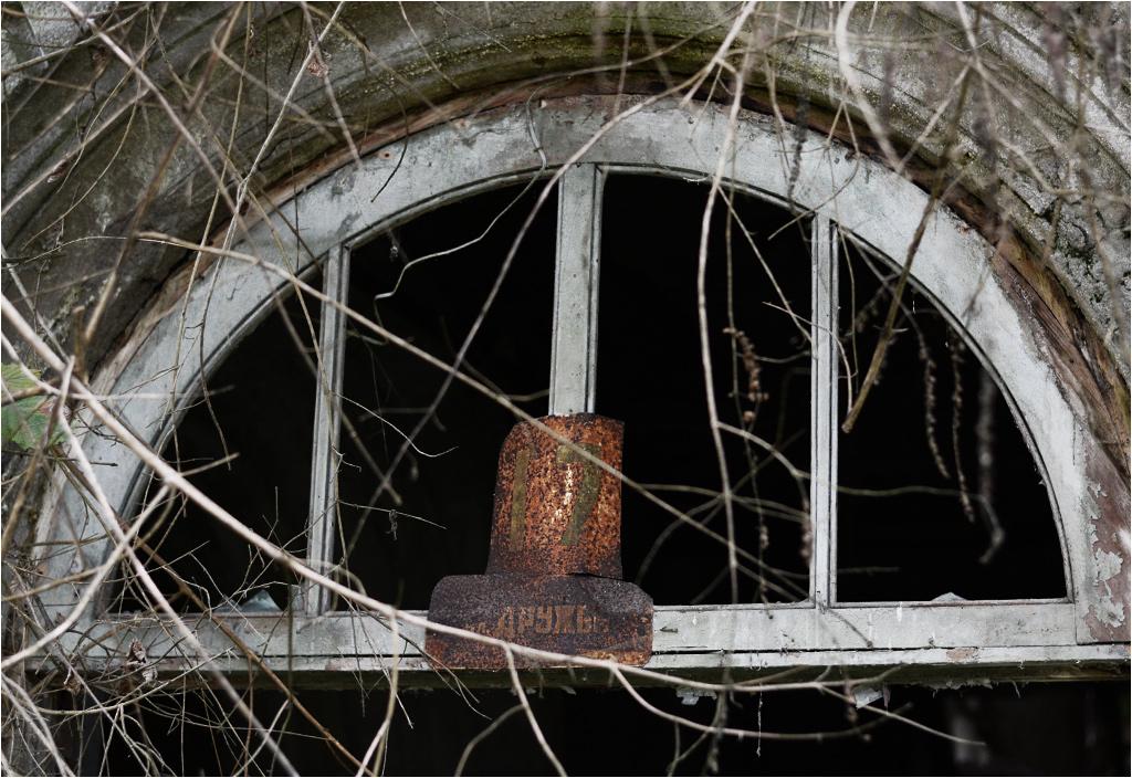 Opuszczona klatka schodowa zachowała nawet swój adres - ulica Przyjaźni 17