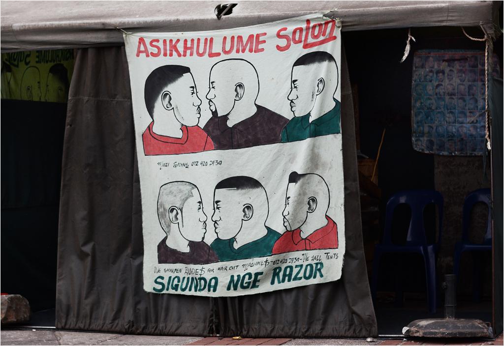 Napisana w języku zuluskim reklama ulicznego fryzjera