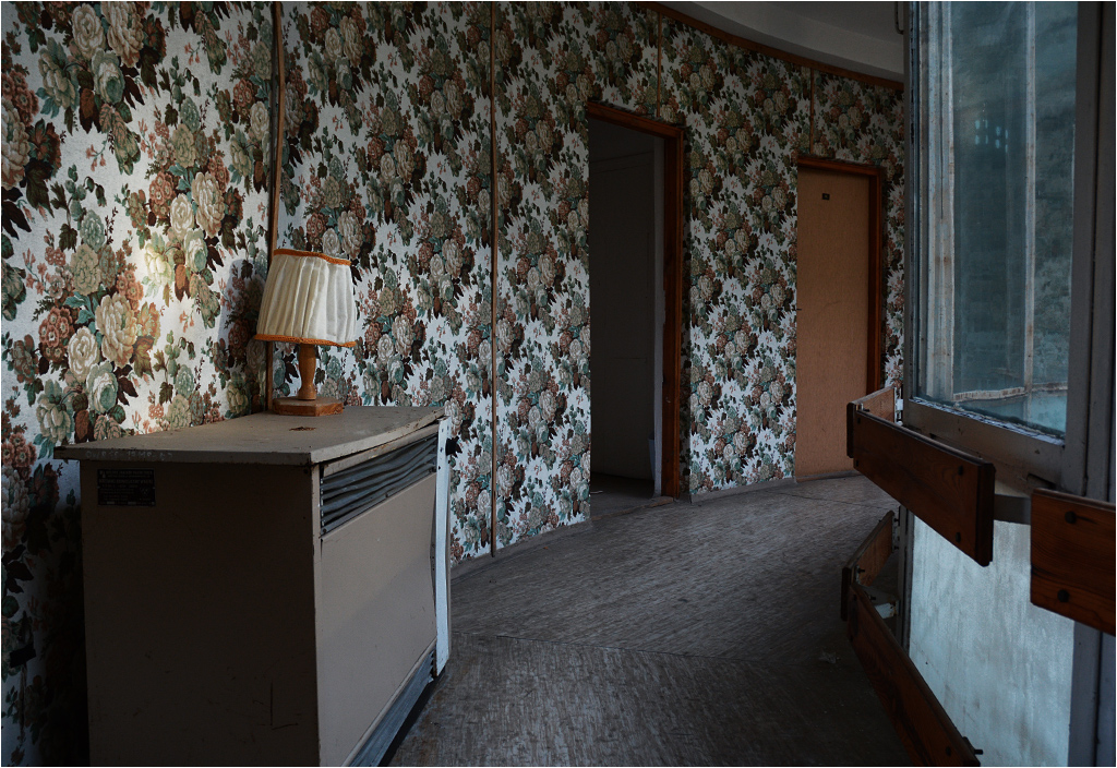 Opuszczony hotel składa się z miejsc, w których czas się zatrzymał gdzieś przy końcu turnusu