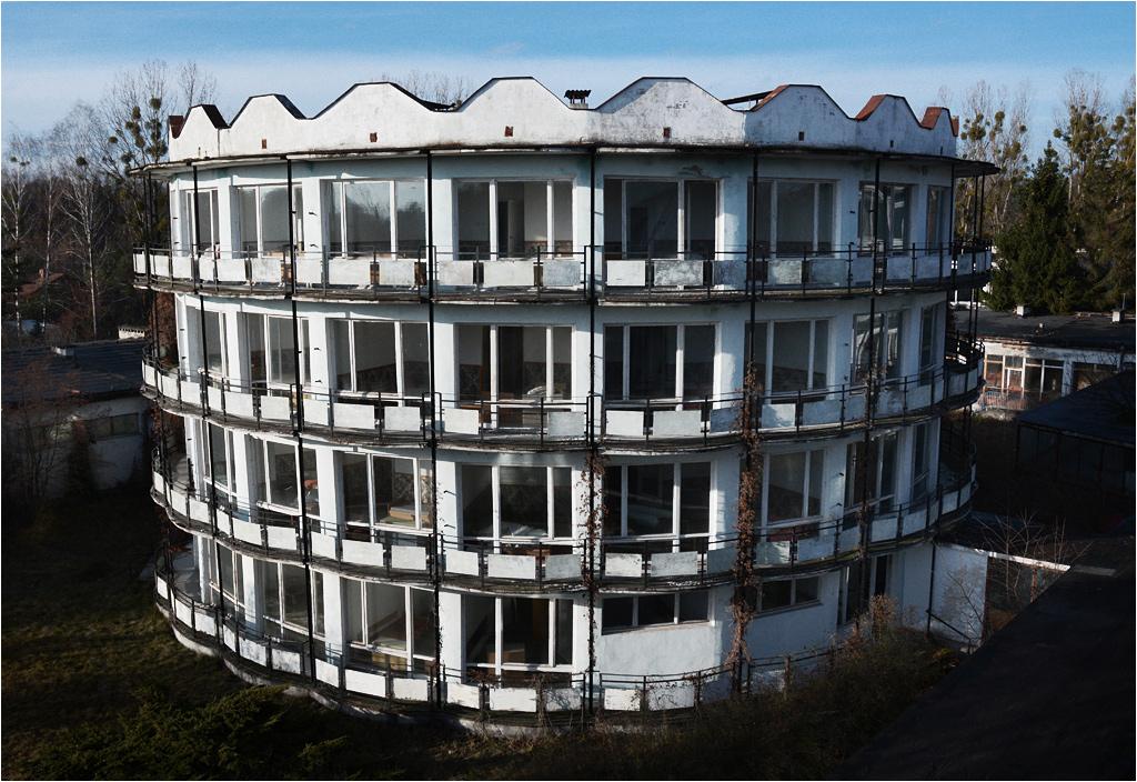 Trzy takie okrągłe apartamentowce stanowiły trzon całego ośrodka wypoczynkowego. Czwarty służył celom rozrywkowym