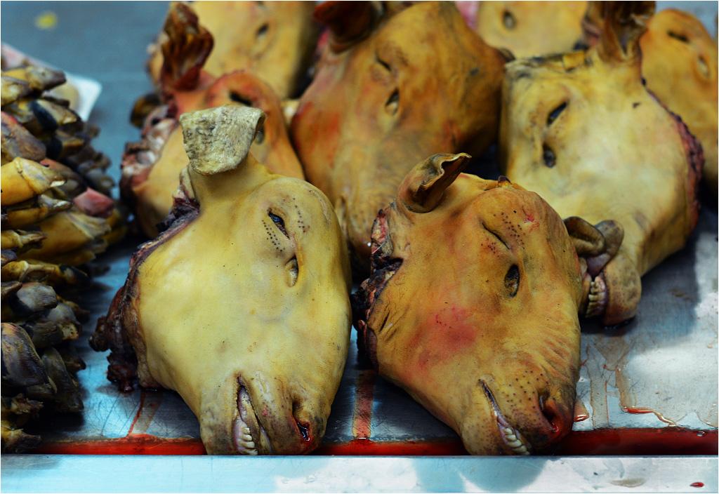 Odcięte głowy zwierząt - widok drastyczny, ale bardzo często spotykany na targach w egzotycznych krajach