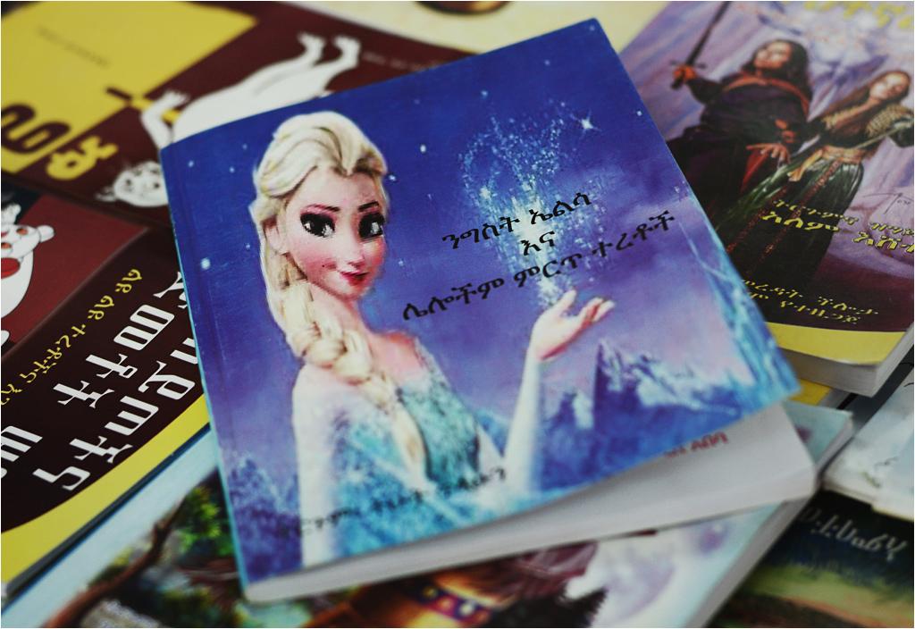 """Książka ilustrowana grafikami z filmu Disneya """"Frozen"""". Widoczne na zdjęciu piksele i inne artefakty to nie wina słabej jakości fotografii..."""