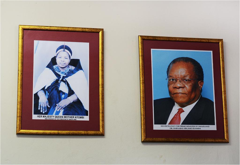 Portrety zawieszone na poczcie w miasteczku Big Bend. Królowa-matka Ntombi i premier Barnabas Sibusiso Dlamini nie noszą piór, bo nie są królami