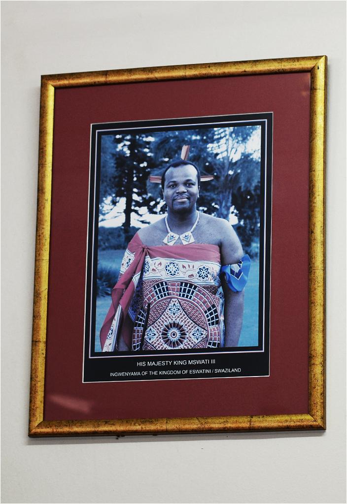 Król Suazi Mswati III. Nosi pióra, bo... Kto wie, niech pisze w komentarzu