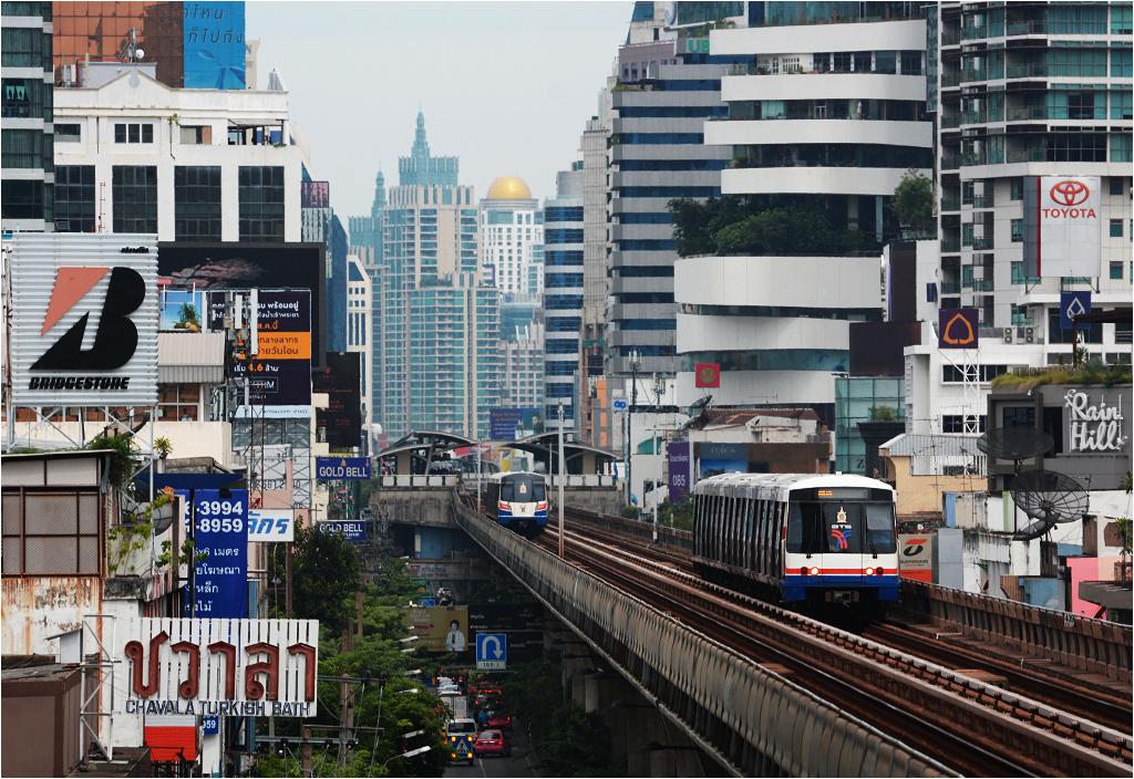 Las wieżowców pomiędzy stacjami Phrom Pong i Thong Lo