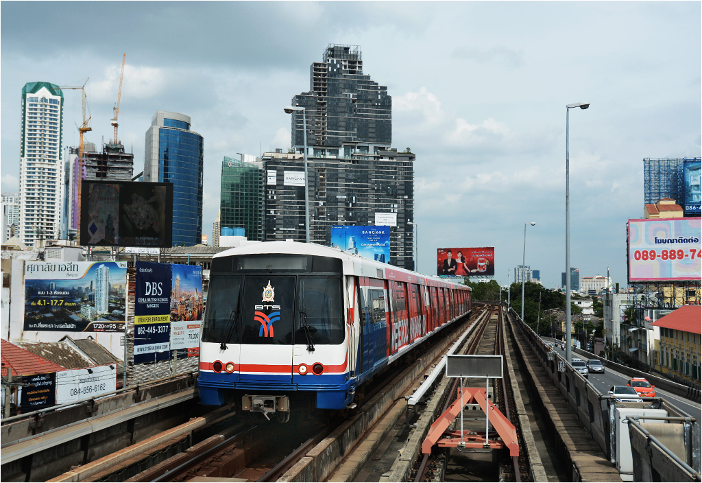 Wagon produkcji Siemensa wjeżdża na stację Saphan Taksin