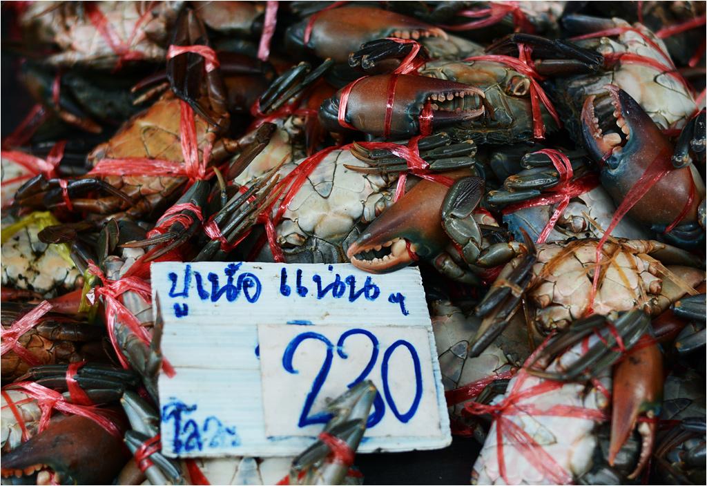 Przysmaki sprzedawane na targu w Mae Klong