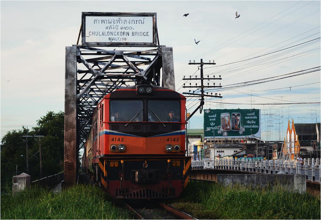 Pociąg pospieszny z Hat Yai do Bangkoku, opóźniony tylko o godzinę, zjeżdża z mostu imienia króla Chulalongkorna w miejscowości Ratchaburi