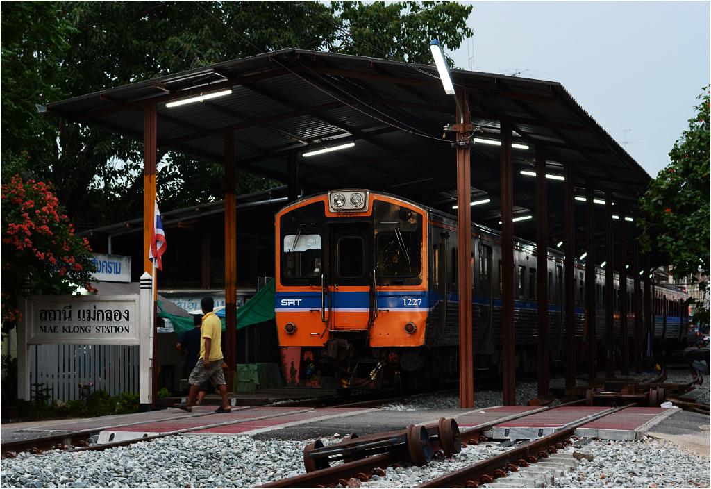 Pociąg serii NKF odpoczywa pod wybudowaną zabytkową wiatą peronową, wybudowaną... w 2448 roku według tajskiego kalendarza (1905, przekładając na nasze lata)