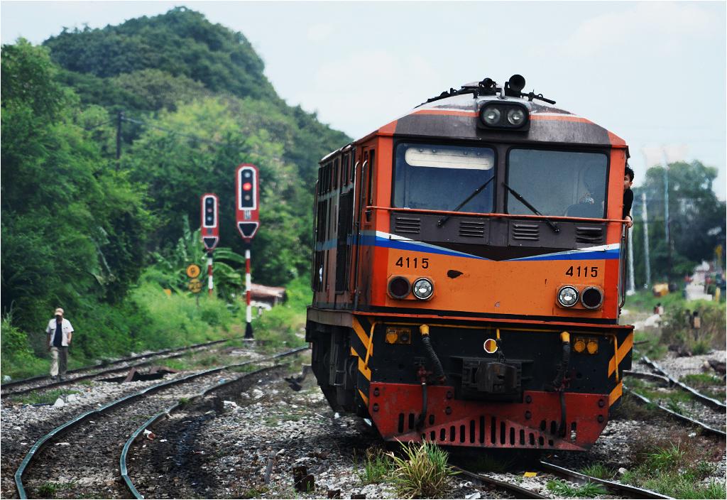 Lokomotywa AD24C-4115 manewruje koło stacji Bang Sue