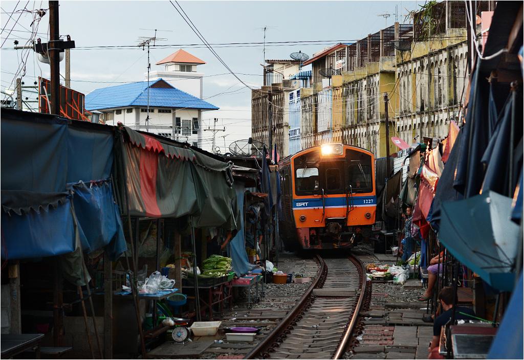 Wieczorny pociąg z Ban Laem do Mae Klong przejeżdża przez pustoszejący targ