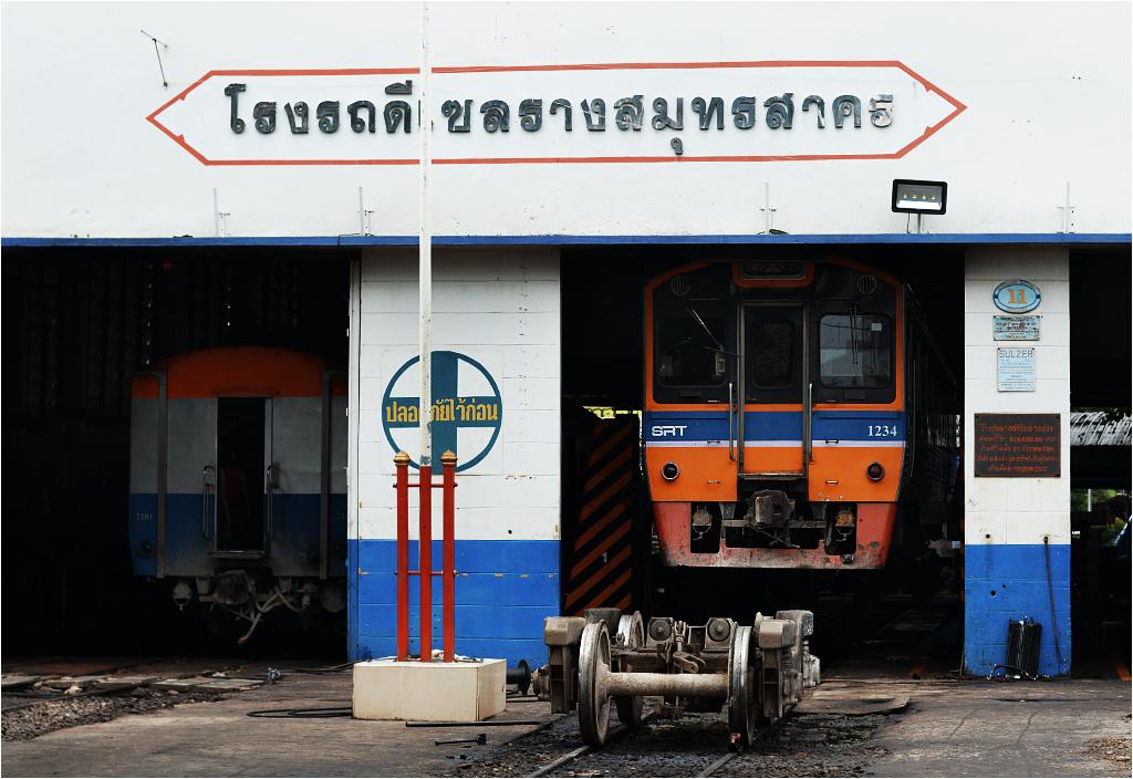 Lokomotywownia i warsztat koło stacji w Maha Chai