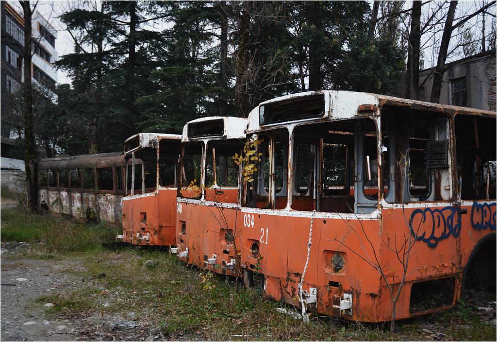 Rdzewiejące wraki trolejbusów na terenie dawnej zajezdni w Kutaisi