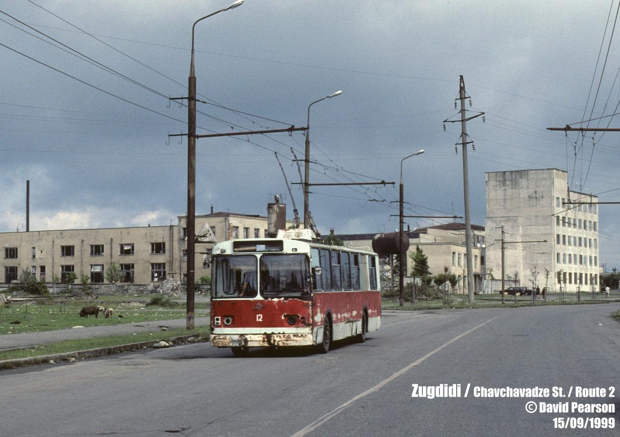 """Trolejbusy w Zugdidi, 1999 rok. Fot. David Pearson. Zdjęcie pochodzi z witryny <a href=""""http://transphoto.ru/photo/916132/"""" target=""""_blank"""">transphoto.ru</a> - tam też więcej fotografii dawnych kaukaskich trolejbusów"""