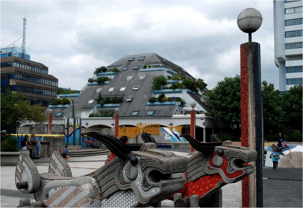 Betonowe byki i mieszkalne piramidy urozmaicają otoczenie stacji kolejki podmiejskiej RER