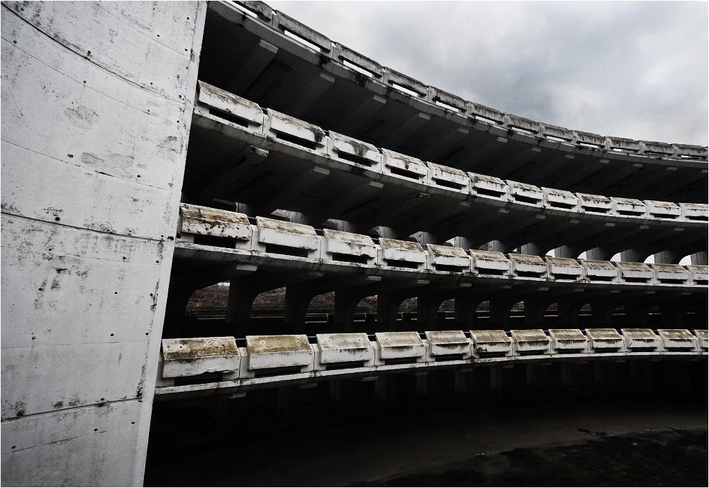 Brutalistyczny parking koło centrum handlowego w Noisy-le-Grand