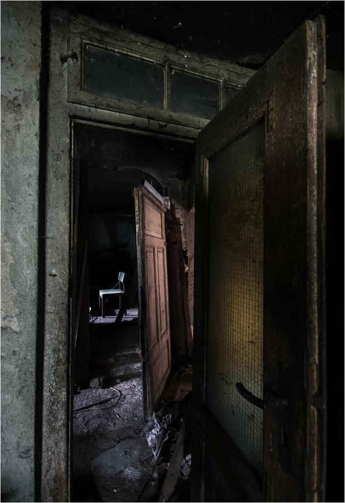 Gra świateł i cieni w opuszczonym domu zmarłego artysty