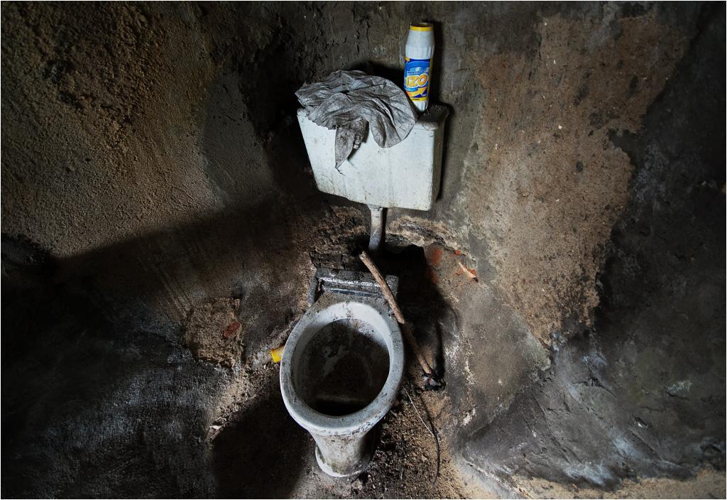 Toaleta, która nigdy nie doczekała się podłączenia do wodociągu ani kanalizacji