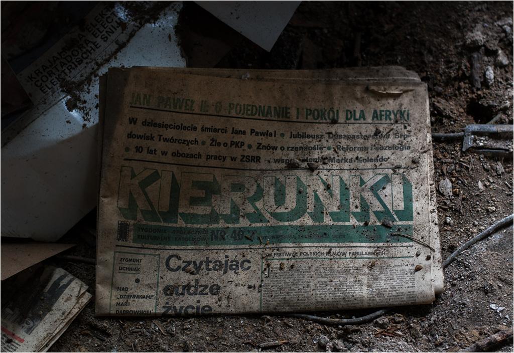 W pokojach wciąż leżą stare gazety z nieaktualnymi wiadomościami
