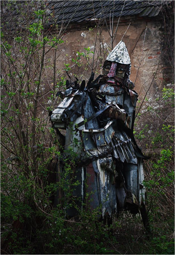 Przed domem stoi metalowy rycerz. Jaka będzie jego przyszłość? Rozkradną go złomiarze, czy los rzeźby zainteresuje lokalne władze?