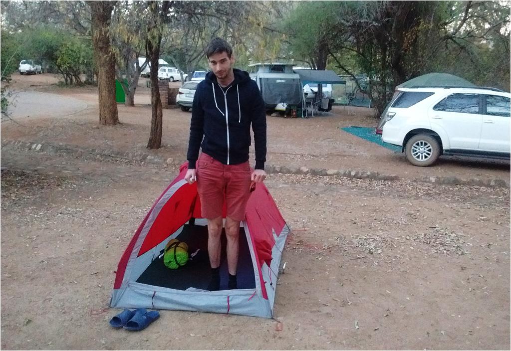 Chłodny poranek na campingu w obozie Berg-en-Dal (park Krugera). Największym problemem okazała się niezwykle twarda ziemia, uniemożliwiająca porządne przytwierdzenie namiotu
