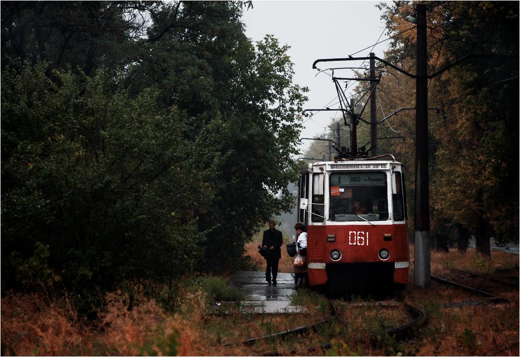 Pasażerowie opuszczają wagon na przystanku Niekrasowa. Do 2004 roku prowadziła stąd linia do wsi Spartak - później przystanek stał się ostatnim na linii