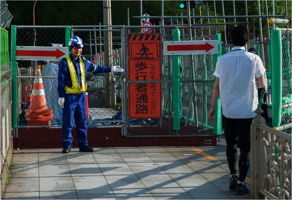 Porządek w japońskich miastach przekracza czasami granice absurdu. Na zdjęciu remont chodnika przy stacji Ochanomizu. Pomimo wydzielonej ścieżki i doskonale widocznych ogłoszeń, z obu stron budowy stoją panowie, którzy każdemu przechodniowi kłaniają się i wskazują prawidłową drogę