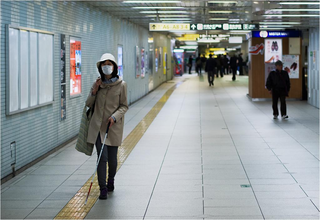Miasto otwarte i dostępne dba również o tych, którym poruszać się jest trudniej. Bardzo wiele ulic w Tokio pokrytych jest wypukłymi ścieżkami dla niewidomych (do zobaczenia również w fotografii tytułowej)