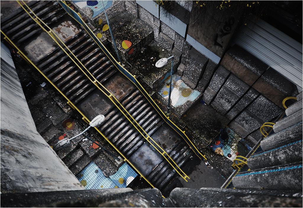 Plątanina schodów i brudne wielokolorowe kafelki przy stacji kolei RER