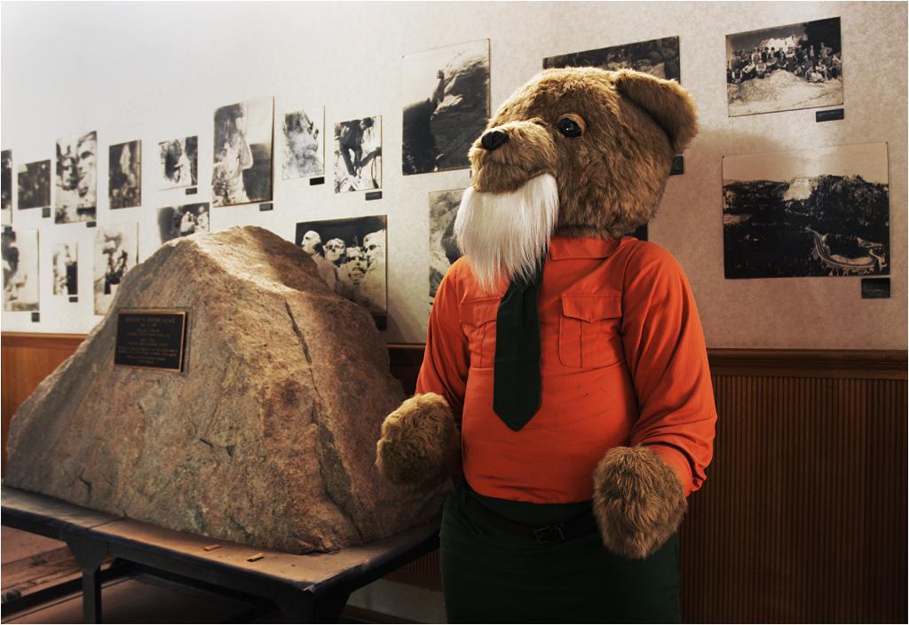 W środku Mount Rushmore znajduje się między innymi muzeum Dzikiego Zachodu. Strażnikiem jest tu ogromny pluszowy miś z brodą. Zakurzony, ale cały. Nierozkradziony