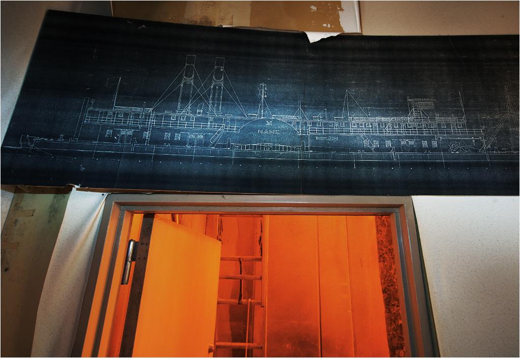 """Pod szkicem okrętu o uroczej nazwie """"Name"""" znajduje się dziwnie podświetlone pomarańczowe wejście. Prowadzi ono..."""