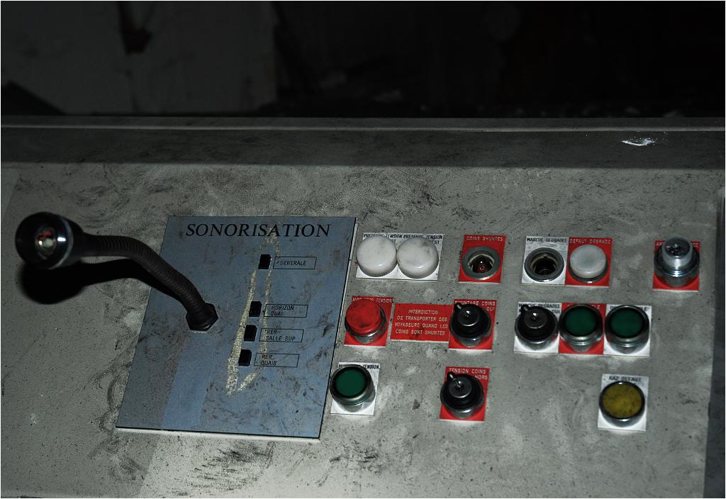 System nagłośnienia w zdewastowanym pomieszczeniu technicznym kolejki