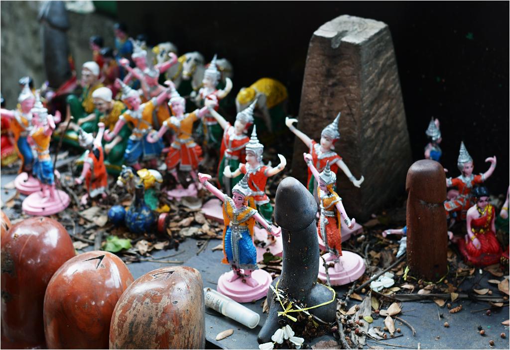 Są też figurki ludzi - jak w każdej innej tajskiej kapliczce