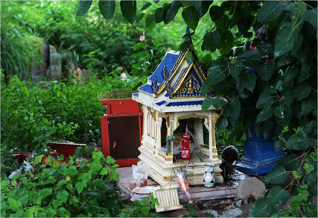 Zaniedbana kapliczka gdzieś na skraju chińskiego cmentarza w Samut Sakhon